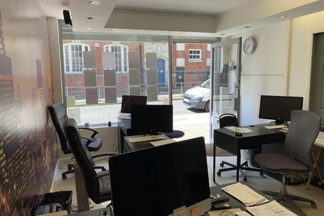 Nice Shop/office space, in Off commercial road, London, E1